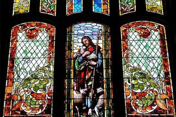 Tranh kính nghệ thuật sản phẩm không thể thiếu trong trang trí nhà thờ
