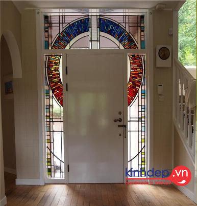 Cửa tranh kính với họa tiết kính màu độc đáo cho nội thất nhà mới