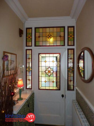 Thiết kế ô cửa kính màuđơn giản, inh tế cho không gian