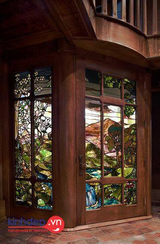 Vẻ đẹp sang trọng của kính màu kết hợp với chất liệu gỗ truyền thống