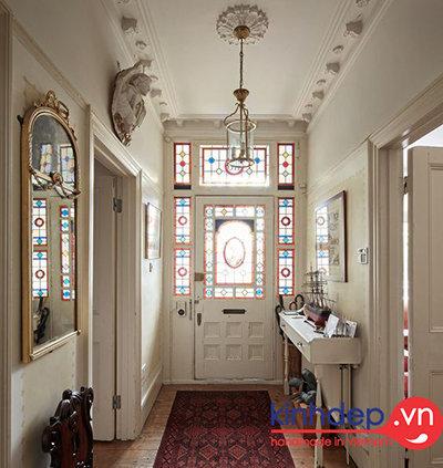 Kính màu kết hợp với trang trí cửa kính sang trọng