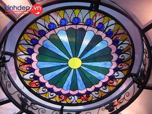 Trần tranh kính một trong những ứng dụng nổ bật củ kính màu